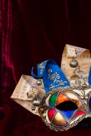 arlecchino: veneziana Mardi gras maschera di Arlecchino sul velluto rosso