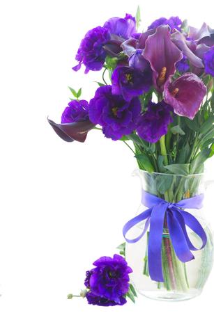 White Callas: Lilly de la cala y eustoma flores en florero de cristal cerca aisladas sobre fondo blanco
