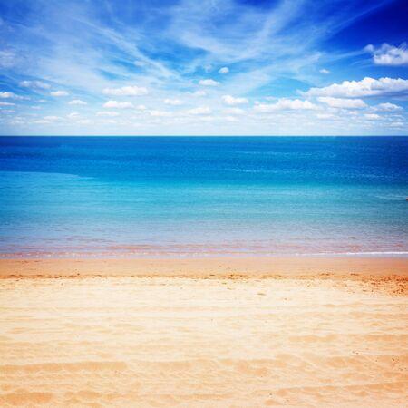 playas tropicales: orilla de la playa de arena con aguas azules del mar y el cielo nublado, Instagram retro tonificado