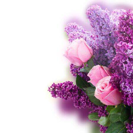 flower gardens: Ramo de flores frescas morado lila con rosas de color rosa de cerca sobre fondo blanco