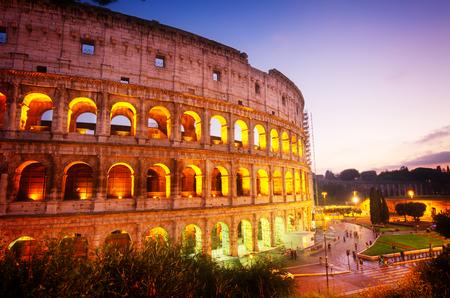 roma antigua: vista del Coliseo iluminado en la noche en Roma, Italia, tonificado Foto de archivo