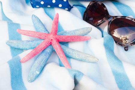 estrella de mar: gafas de toalla de playa de rayas, estrellas de mar y sol