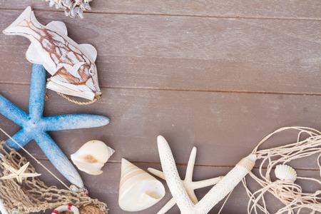 stella marina: set marino con stelle marine e conchiglie su sfondo tavole di legno con lo spazio della copia