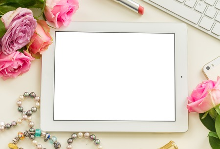 白いタブレット、モバイルとピンクの花とデスクトップ スタイルのシーン