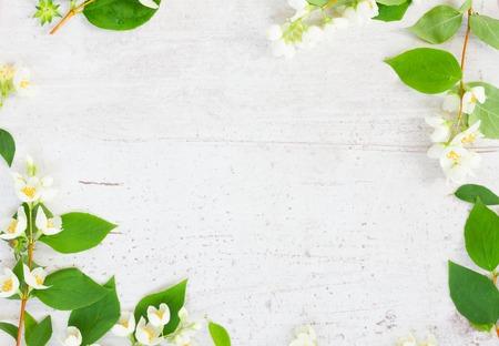 Jasmijn bloemen feestelijke frame samenstelling op witte tafel met kopie ruimte