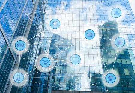 高層ビルや無線通信ネットワーク、IoT インターネットものと ICT 情報通信技術の概念