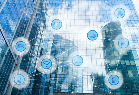 고층 빌딩 및 무선 통신 네트워크, 사물의 만약 IoT 인터넷과 ICT 정보 통신 기술의 개념 스톡 콘텐츠
