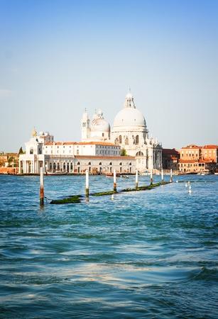 paisaje mediterraneo: Basílica de Santa María de la Salud y el agua Gran Canal, Venecia, Italia, retro tonificado