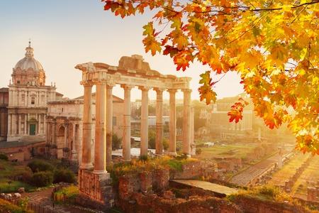 Forum - Ruines romaines avec le paysage urbain de Rome avec la lumière du soleil au jour de l'automne, Italie Banque d'images - 65781624