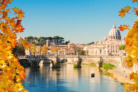 la cattedrale di San Pietro sopra il ponte e l'acqua del fiume al giorno d'autunno a Roma, Italia