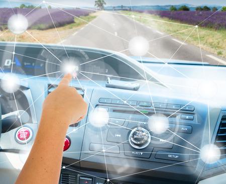 Zelfsturend autoconcept - iemands hand die moderne auto programmeren Stockfoto