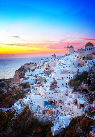 Oia dorp bij kleurrijke zonsondergang, Santorini Griekenland, retro afgezwakt Stockfoto