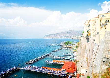 Remblai et plage de Sorrento, Italie du sud, rétro tonifié Banque d'images - 87158914