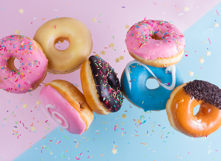 flying doughnuts on blue and pink background Zdjęcie Seryjne - 87405510