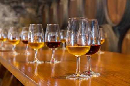 Verres de porto rouge et blanc avec des barils en arrière-plan, dégustation de vin Banque d'images - 87337752