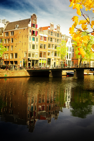 hospedaje: old town on canal ring, Amsterdam old town at spring day, Netherlands at autumn day Foto de archivo