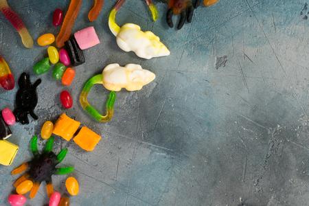 간계 및 치료 개념 - 복사본 공간으로 돌에 거미와 거미와 다채로운 할로윈 사탕 테두리