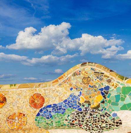 公園ゲル、バルセロナ、スペインの有名なカラフルなモザイクベンチの詳細