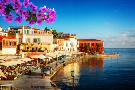 晴れた夏の日にハニアの湾、花とクレタギリシャ