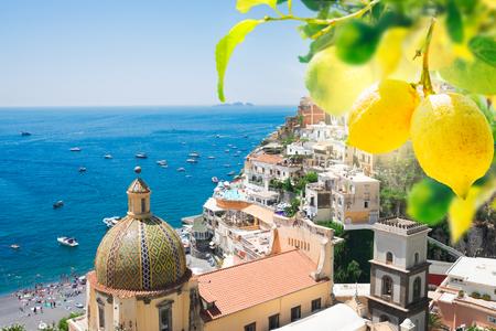 weergave van Positano - beroemde oude Italiaanse resort met citroenen, Italië Stockfoto
