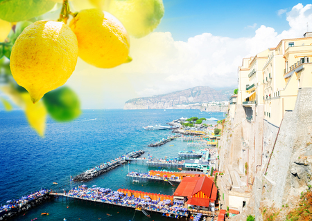 embankment and beach of Sorrento with lemons, southern Italy Banque d'images