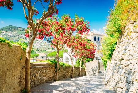 Calle en la aldea de Ravello, costa de Amalfi de Italia, imagen de tonos