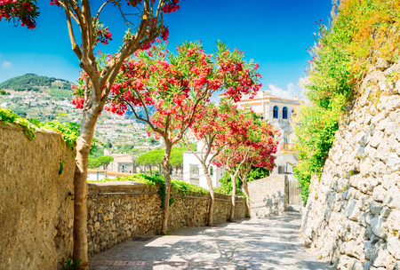 Straat in Ravello dorp, Amalfikust van Italië, getinte afbeelding