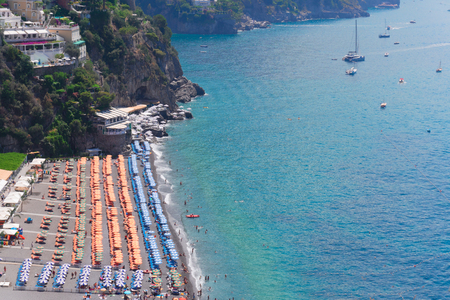 view of summer beach of Positano from above - famous old italian resort, Italy Banque d'images