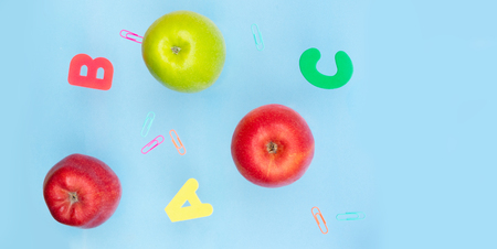 Back to school styled scene with apples and abc on blue background banner Stockfoto - 107112776