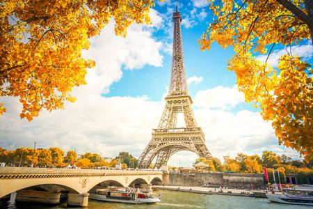 Torre Eiffel y Pont dIena con árbol de otoño amarillo, París Francia