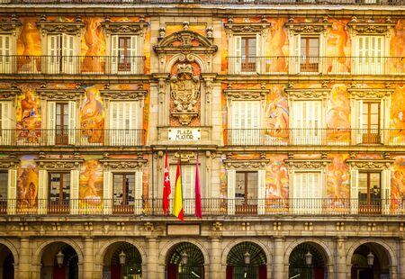 Façade de l'ancien bâtiment sur la Plaza Mayor, Madrid, Espagne, tonique Banque d'images