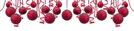 Rij van rode en gouden kerstballen met slingers brede banner geïsoleerd op witte achtergrond Stockfoto