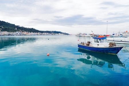 Barcos de pesca amarrados en el puerto de la ciudad de Zaante, Zakinthos Grecia