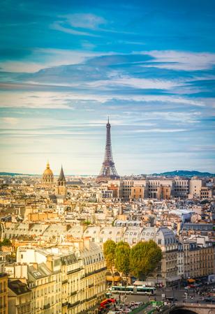 Skyline der Stadt Paris mit Wahrzeichen des Eiffelturms von oben im sanften Morgenlicht, Frankreich, Retro-Ton
