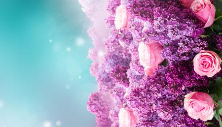 Bündel lila lila Blumen mit rosa Rosen auf blauem Bokeh-Hintergrund Standard-Bild