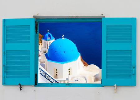 Vista de la iglesia clásica con cúpulas azules a través de la ventana, Oia, Santorini, Grecia Foto de archivo