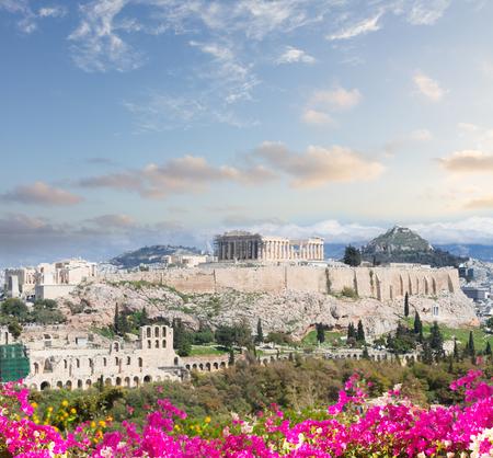 Berühmte Skyline von Athen mit Akropolis-Hügel bei Sonnenuntergang, Pathenon, Herodes Atticus-Amphitheater und Lycabettus-Hügel mit Blumen, Athen Griechenland