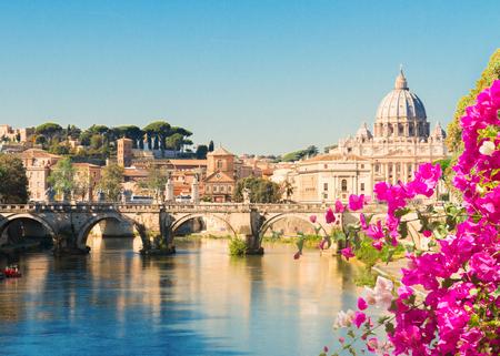 La cattedrale di San Pietro sul ponte e sul fiume con fiori estivi a Roma, Italia, immagine tonica Archivio Fotografico