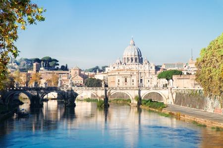 La cattedrale di San Pietro oltre il ponte e il fiume Tevere a Roma in estate, Italy