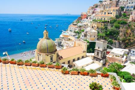 Blick auf die Stadt Positano - berühmter alter italienischer Ferienort am Sommertag, Italien Standard-Bild