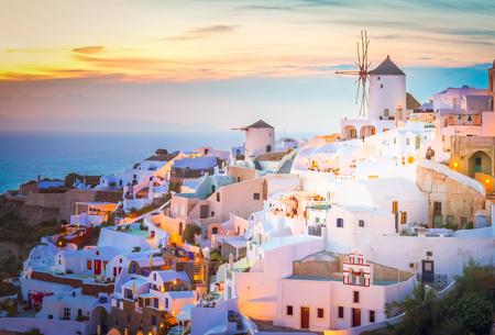 Światła wioski Oia w nocy, wyspa Santorini, Grecja, stonowanych Zdjęcie Seryjne