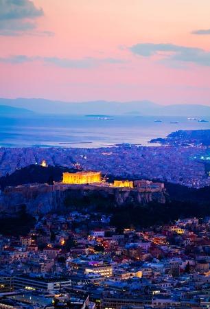 Stadtbild von Athen mit Akropolis-Hügel, Pathenon und Meer bei Nacht, Griechenland, getönt