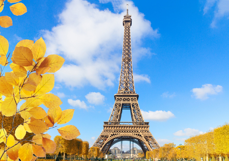Torre Eiffel en un día soleado de primavera en París, Francia en otoño