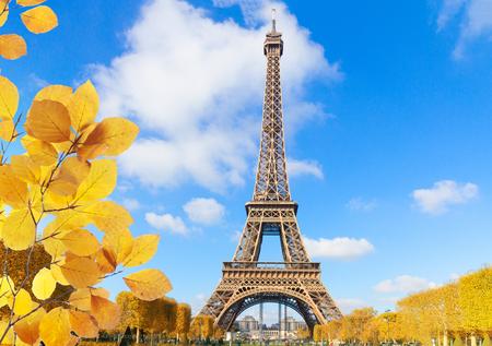 Wieża Eiffla w słoneczny wiosenny dzień w Paryżu, Francja na jesieni