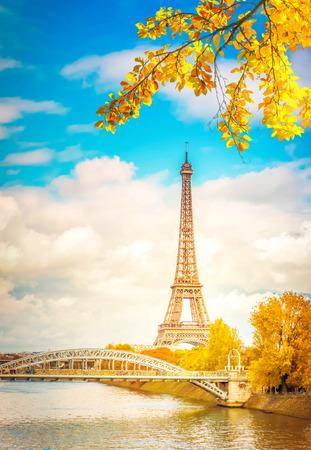 Tour Eiffel sobre el río Sena con árbol, París, Francia en otoño