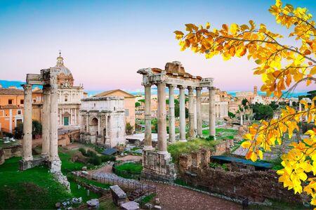 Foro Romano - ruinas antiguas en Roma en el crepúsculo, Italia en otoño