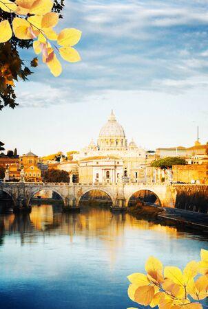 La cattedrale di San Pietro oltre il ponte e il fiume Tevere acqua a Roma, Italia a fall