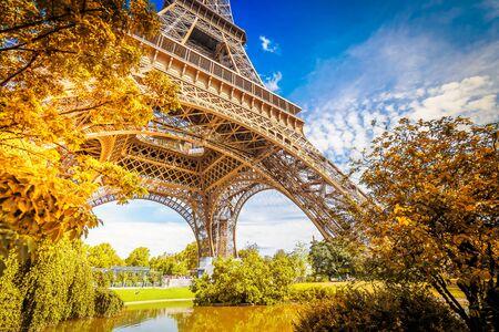 Słynne zabytki Paryża. Wieża Eiffla w parku jesień, Paryż Francja