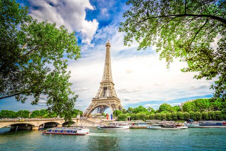 Monumentos famosos de París. Torre Eiffel iwith árbol verde sobre el río, París Francia, entonado Foto de archivo