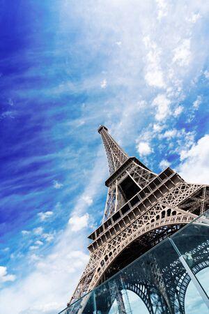 Paris famous landmarks. Eiffel Tower in blue sky, Paris France, web banner 스톡 콘텐츠